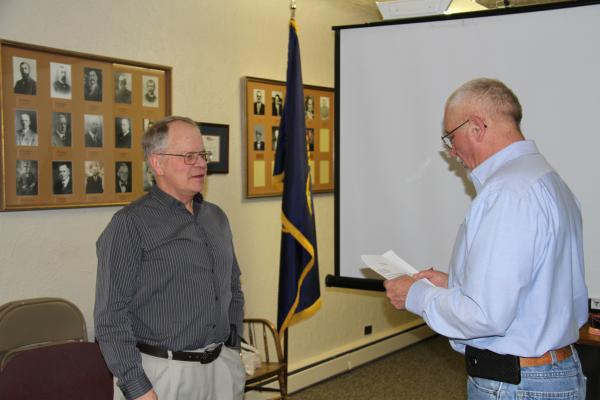 Sheridan Mayor Robert Stump, right, administers the oath of office for councilmember Paul Kramer during Monday's council meeting. (G. Hamill photo)