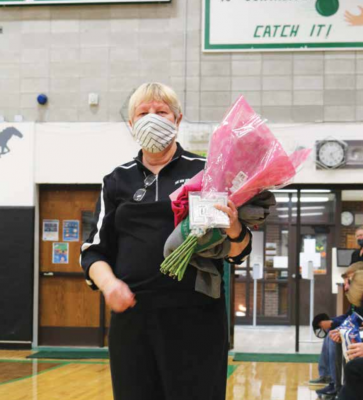 """Vurnie Barnett receives an Honorary """"E"""" from the Ennis Lady Mustang Volleyball team. PHOTO COURTESY KELLEY KNACK"""